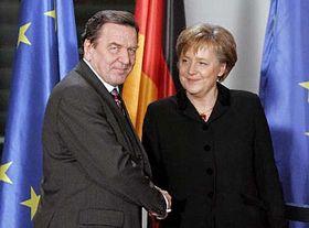 Presidenta del Partido Democrisitiano de Alemania, Angela Merkel y canciller saliente, Gerhard Schröder (Foto: CTK)