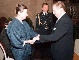 Udělení Medaile Za zásluhy za vynikající umělecké výsledky, rok 1998, na snímku sVáclavem Havlem, foto: ČTK