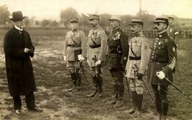Tomáš Garrigue Masaryk et Les officiers de la Mission militaires française. Le général Louis Eugène Faucher est le deuxième à droite, photo: Archives de VHÚ