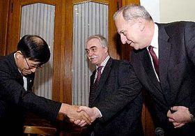 Viceprezident společnosti Hyundai In-Seo Kim shejtmanem Evženem Tošenovským, Foto: ČTK