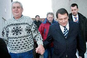 Ex primer ministro checo, Milos Zeman y el líder socialdemócrata, Jirí Paroubek (Foto: CTK)