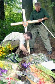 На место трагедии люди приносят цветы и свечки (Фото: ЧТК)