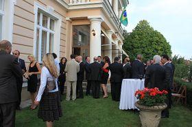 Invitados durante el cóctel en la residencia del Embajador, foto: Noelia Rojo