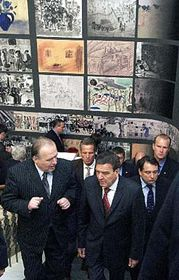 Gerhard Schröder (en el centro) en Terezin (Foto: CTK)