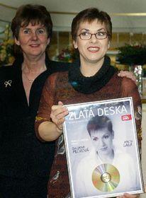 Pěvkyně Dagmar Pecková (vpravo) převzala 1. prosince vPraze za přítomnosti prezidentky Salcburského festivalu Helgy Rabl-Stadlerové Zlatou desku Supraphonu, foto: ČTK