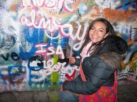 Isabel junto al muro de John Lennon, archivo personal de Isabel Mendoza