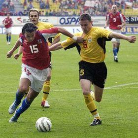 Milan Baros (a la izquierda) y Aleksandar Vasoski (Foto: CTK)