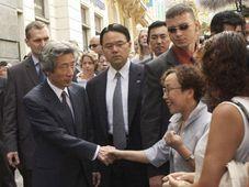 Премьер-министр Японии разговаривал в Праге с туристами из Японии (Фото: ЧТК)
