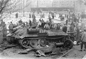 La intervención soviética en Hungría en 1956 (Un tanque soviético destrozado en la calle  de Móricz Zsigmond, Budapest), foto: CC BY-SA 3.0