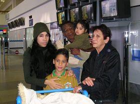 Mayda Arguelles con sus hijos y sus padres en Praga - Ruzyne (Foto: C.G. Shanel)