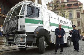 El alcalde de Praha Igor Nemec inspecciona la maguinária de seguridad antes de la cumbre de la OTAN, Foto: CTK