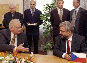 George Quitter - presidente de la compañía mexicana Genermex con Jan Ricica (a la derecha)- presidente de Skoda, Foto: CTK