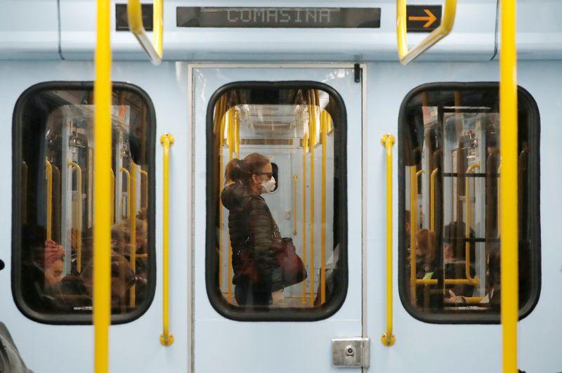 Prostředky hromadné dopravy jsou vMiláně kvůli koronaviru poloprázdné, foto: ČTK / AP Photo / Antonio Calanni