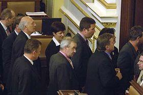 Poslanci ČSSD odcházejí ze sálu Poslanecké sněmovny na protest proti hlasování ovzniku Ústavu Paměti národa, foto: ČTK