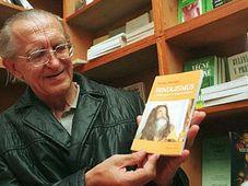Душан Збавител со своей книгой 'Индуизм и его дороги к совершенству' (Фото: ЧТК)