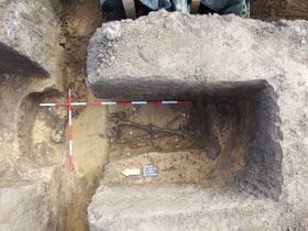 Hrob skostrou bojovníka vDubanech, foto: archiv Východočeského muzea vPardubicích
