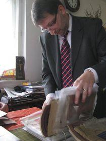 Pavel Kasík und seine Dokumentensammlung (Foto: Romy Ebert)