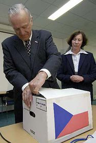US ambassador William Cabaniss opens a box with archive documents, photo: CTK