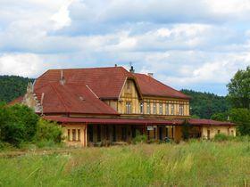 Bahnhofsgebäude in Zbiroh (Foto: Ondra052, Wikimedia Commons, CC BY-SA 4.0)