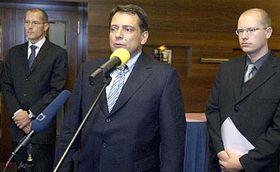 De izquierda: Zdenek Tuma, Jiri Paroubek y Bohuslav Sobotka (Foto: CTK)