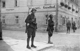 Českoslovenští vojáci vpřevážně Němci osídlené Krásné Lípě, foto: Public Domain