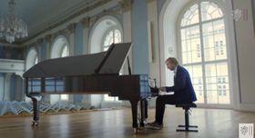 Ivo Kahánek y el piano de Petrof, fuente: El Ministerio de RR.EE. Checo