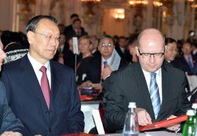 Официальные представители Китая и Чехии Ту Чхинг Лин и Богуслав Соботка, Фото: ЧТК