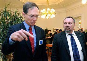 Jan Švejnar (vlevo) apředseda klubu KSČM Pavel Kováčik, foto: ČTK