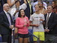 Jonas Forejtek (a la derecha, con la copa), foto: ČTK/AP Photo/Charles Krupa