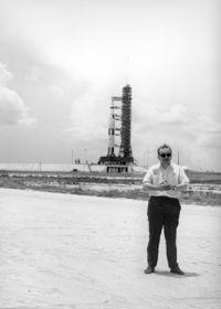 Карел Пацнер на фоне ракеты «Сатурн-5» с космическим кораблем «Аполлон-11» , фото: организация «Память народа» (Paměť národa)