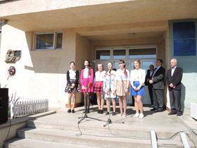 Ученицы поют чешские песни во время церемонии открытия памятного знака Коменскому, Фото: Архив ужгородского Клуба Т. Г. Масарика