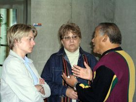 Dagmar Keberlova im Gespräch mit Sixto Reynaldo Aquit und seiner Frau Crispina