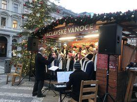 Les chorales d'enfants se produisent fréquemment aux marchés de Noël praguois, photo: Camille Montagnon