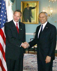 El ministro de RR.EE. checo, Cyril Svoboda con su homólogo estadounidense, Colin Powell, foto: CTK