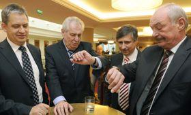 Zleva Jiří Dienstbier, Miloš Zeman, Jan Fischer aPřemysl Sobotka, foto: ČTK