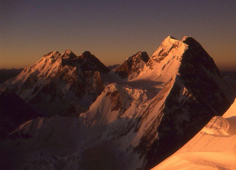 Gasherbrum I (ganz links). Foto: Adha65, Wikimedia Commons, CC BY-SA 3.0