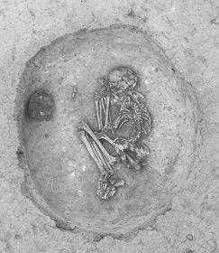 La découverte des tombes à Suchdol, photo: Yann Béliez / Labrys, o.p.s.