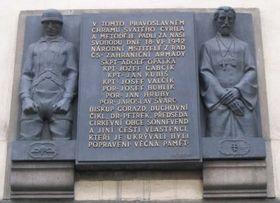 La plaque commémorative sur le mur de l'église Saints-Cyrille-et-Méthode