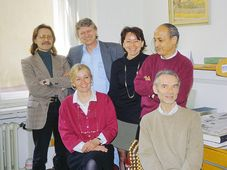 La rédaction française en 1998, debout: Alain Slivinský, Jan Uhlíř, Astrid Hofmanová, Omar Mounir, assis: Alena Gebertová, Václav Richter, photo: Paul Jamet