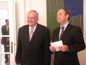 Jiří Jiránek (a la izquierda) con el embajador de Chile, Rodrigo Gaete, foto: Dominika Bernáthová