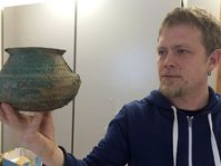 Давид Данечек с одной из найденных ваз, Фото: Любомир Сматана, Чешское радио
