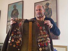 Директор Военно-исторического института держит в руках форму полковника Кандарели, Фото: Мартин Книтл, Чешское радио