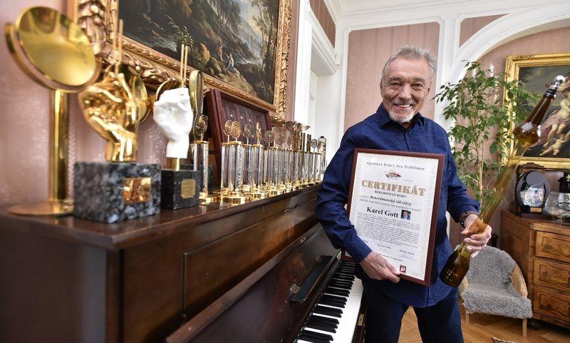 Karel Gott con sus premios musicales Ruiseñor de Oro, foto: archivo de Agentura Dobrý den