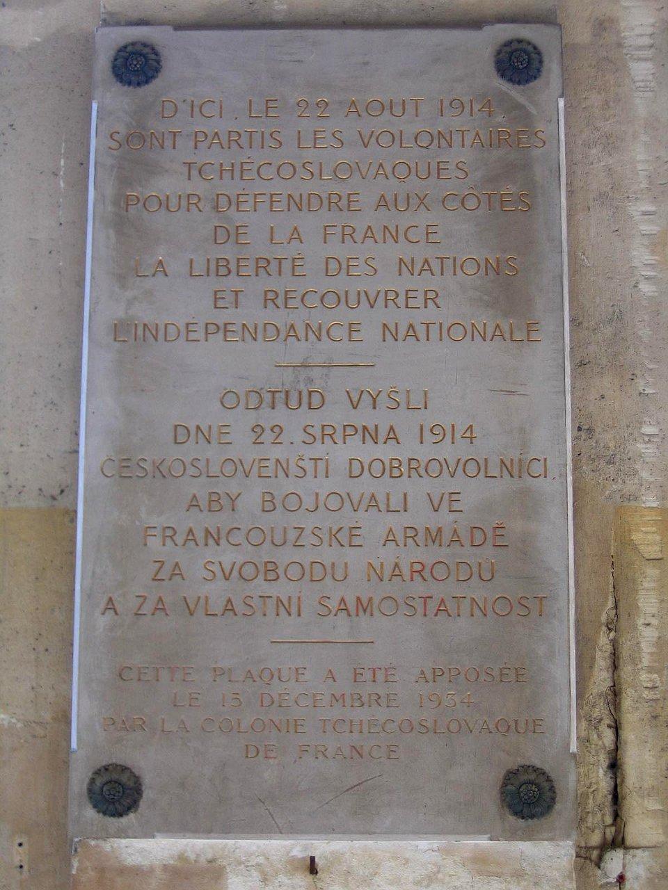 https://img.radio.cz/pictures/c/historie/1_sv_valka_cesi_francie/pametni_deska_palais_royal_1934.jpg
