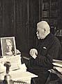 Před portrétem své zesnulé ženy