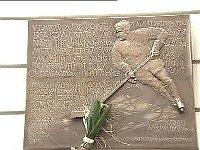 Gedenktafel an die verhaftete Eishockeynationalmannschaft in Prag (Foto: ČT24)