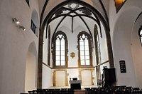 Kirchenschiff mit dem Blick auf den Altarraum