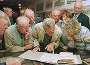Masarykův rukopis konceptu tzv. Washingtonské deklarace si prohlížejí čeští krajané, foto: ČTK