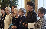 Účastnice setkání Významné české ženy ve světě (zprava) lady Milena Grenfellová Bainesová, Ája Vrzáňová, Barbara Podoskiová, Eliška Hašková - Coolidgeová, Blanka Matragiová, Běla Gran Jensenová aEdita Kochová, Týden zahraničních Čechů, foto: ČTK