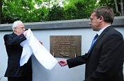 Peter Klepsch und Oberbürgermeister von Postelberg Miroslav Hylák enthüllen die Gedenktafel (Foto: ČTK)